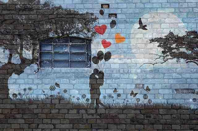 Quel mur peindre en foncé pour agrandir une pièce ?
